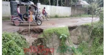 গফরগাঁও-টোক সড়কে ভাঙন, ঝুঁকি নিয়ে চলছেন এলাকাবাসী