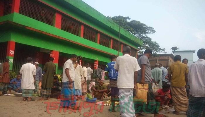 গৌরীপুরে প্রাইমারী স্কুলের মাঠে কাঁচা বাজার!